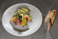 Pfirsich- und Fenchelsalat mit Schinken Stockfotografie