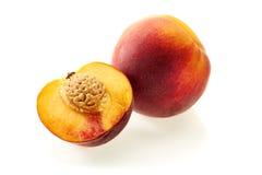 Pfirsich und halbe Scheibe auf Weiß Stockbild