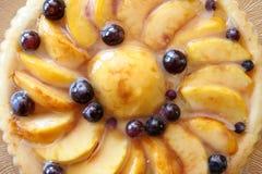 Pfirsich und Traubenkuchen stockbilder