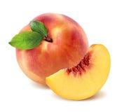 Pfirsich und Viertelstück auf weißem Hintergrund Stockfotografie