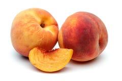 Pfirsich zwei und geschnittener Pfirsich Stockfotos