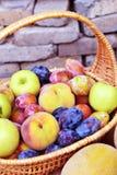 Pfirsichapfel und -pflaume Stockfotos