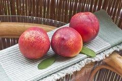 Pfirsiche auf dem Tisch Stockbild