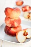 Pfirsiche auf der weißen Platte Stockfotografie