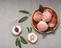 Pfirsiche auf einem dichten Gewebe Lizenzfreies Stockbild