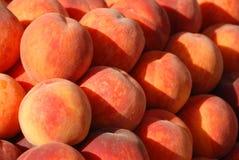 Pfirsiche auf einem Haufen lizenzfreie stockfotos