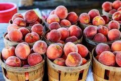 Pfirsiche auf einem wöchentlichen Straßenmarkt Stall Stockbilder