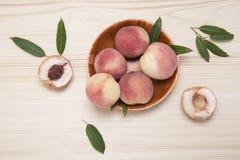 Pfirsiche auf einer hölzernen Tabelle Lizenzfreies Stockbild