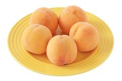 Pfirsiche auf einer Platte Stockbild