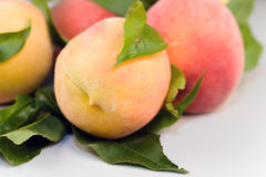 Pfirsiche auf Tabelle Lizenzfreies Stockbild