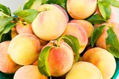 Pfirsiche auf Tabelle Stockbild