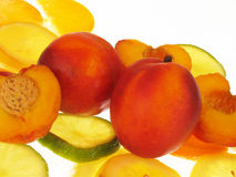 Pfirsiche auf weißem Hintergrund lizenzfreies stockfoto