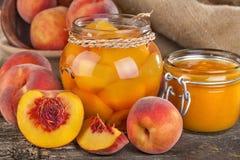 Pfirsiche bereit zur Bewahrung stockbilder