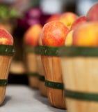 Pfirsiche in den Körben am Markt des Landwirts Lizenzfreies Stockfoto