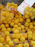 Pfirsiche für Verkauf Stockfoto