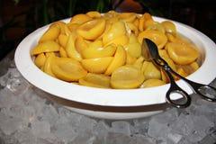 Pfirsiche, geschnitten zur Hälfte und in eine Schüssel gelegt lizenzfreie stockbilder