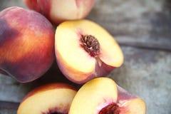 Pfirsiche, Hälften und vollständiges Lizenzfreies Stockfoto