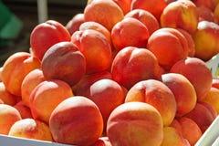 Pfirsiche am Landwirt-Markt Stockbilder