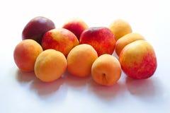 Pfirsiche lokalisieren auf Weiß Stockbild