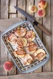 Pfirsiche mit dem Blauschimmelkäse, der im Speck auf quadratischem keramischem eingewickelt wird, flechten Lizenzfreie Stockfotografie