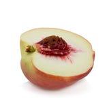 pfirsiche Reife frische Pfirsiche mit der Hälfte und Scheibe lokalisiert auf Whit Lizenzfreie Stockfotos