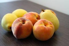 Pfirsiche und Birnen Stockfoto