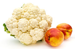 Pfirsiche und Blumenkohl. Lizenzfreie Stockfotos