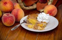 Pfirsiche und ein Pfirsichauflaufnachtisch Stockbilder