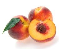 Pfirsiche und eine Hälfte Lizenzfreie Stockfotos