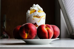 Pfirsiche und gepeitschte Sahne Stockbild