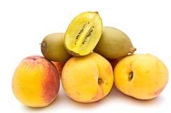 Pfirsiche und Kiwi. Stockfotografie