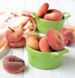 Pfirsichfeigen in einer keramischen Schüssel auf einem weißen Hintergrund Stockbilder