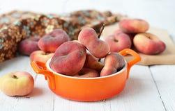 Pfirsichfeigen in einer keramischen Schüssel auf einem weißen Hintergrund Stockfotos