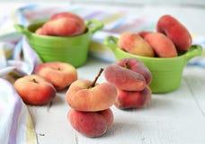 Pfirsichfeigen in einer keramischen Schüssel auf einem weißen Hintergrund Lizenzfreie Stockfotos