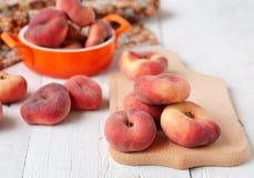 Pfirsichfeigen in einer keramischen Schüssel auf einem weißen Hintergrund Stockfotografie
