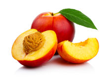 Pfirsichfrüchte mit den Scheiben- und Grünblättern lokalisiert Stockfoto