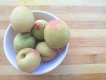 Pfirsichfrucht in der Schüssel Stockfotos