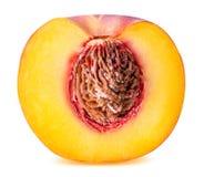 Pfirsichfrucht geschnitten lokalisiert auf weißem Hintergrund Stockfoto