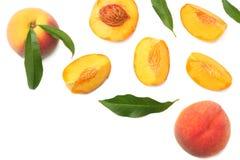 Pfirsichfrucht mit grünem Blatt und Scheiben lokalisiert auf weißem Hintergrund Beschneidungspfad eingeschlossen lizenzfreie stockbilder