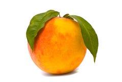 Pfirsichfrucht mit grünen Blättern Stockbild