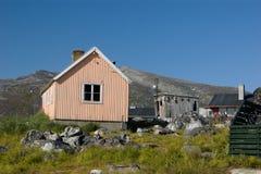 Pfirsichhaus in Grönland mit verschütteten trocknenden Fischen Stockfotos