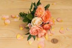 Pfirsichhochzeitsblumenstrauß von Rosen Davids Austin Stockbild