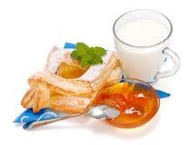Pfirsichkuchen, Störung und ein Cup Milch Stockfotografie