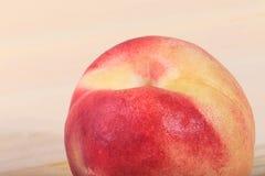 Pfirsichnahaufnahme auf dem hölzernen Hintergrund Lizenzfreie Stockfotos
