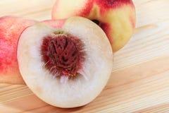Pfirsichnahaufnahme auf dem hölzernen Hintergrund Lizenzfreies Stockbild