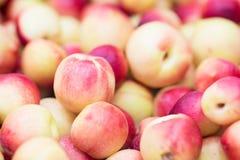 Pfirsichnektarinen schließen oben als Fruchthintergrund stockfoto