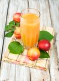 Pfirsichsaft und frische Nektarinen Stockfotos