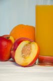 Pfirsichsaftglas mit Frucht Lizenzfreies Stockfoto
