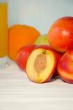Pfirsichsaftglas mit Pfirsichapfel stockbilder