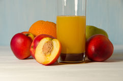 Pfirsichsaftglas mit Pfirsichen stockbilder
